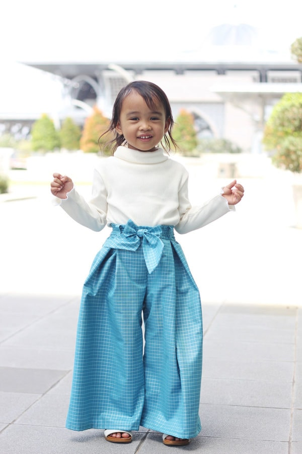 This childrens pleated pants sewing pattern is comfort and practicality combined! The wide-legged trousers are a beautiful gift for your wardrobe.